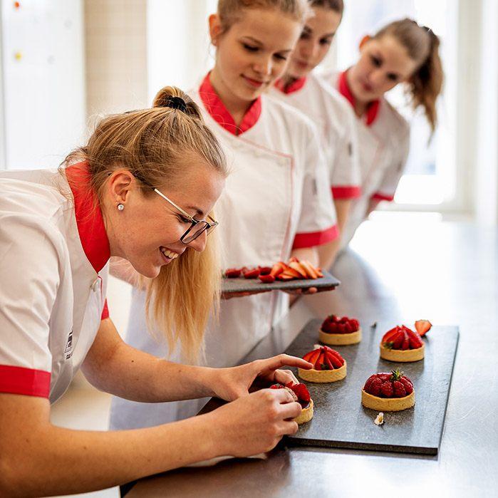 studentky při praxi v kuchyni