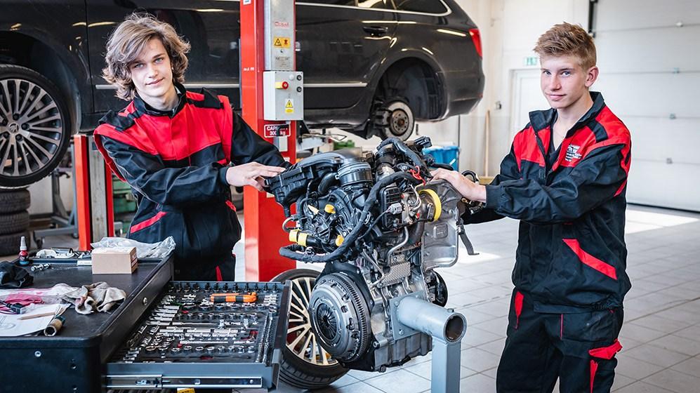 studenti opravující motor