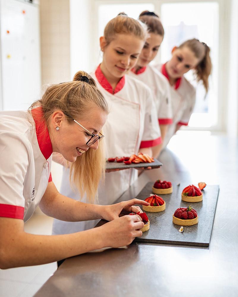 studentky při praxi cukráře