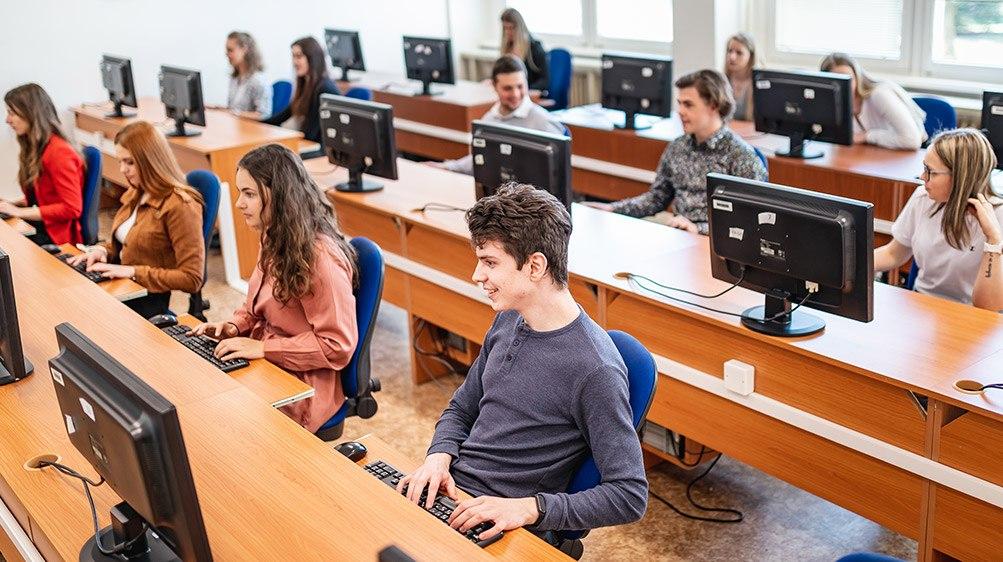 studenti u počítačů
